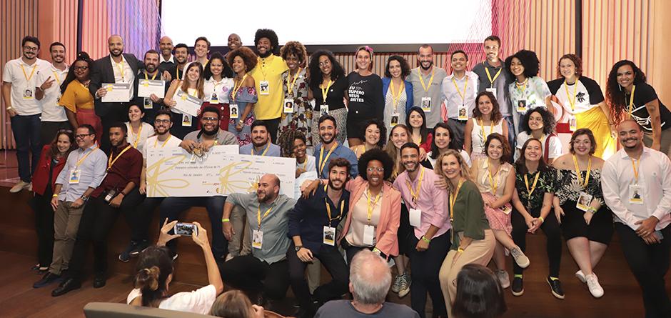 Jovens empreendedores participantes da feira do Iniciativa Jovem 2019 e equipe CIEDS posam para foto no palco do auditório do Museu do amanhã, logo após a cerimônia de premiação.